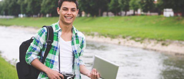 Junger Mann läuft am Fluss entlang